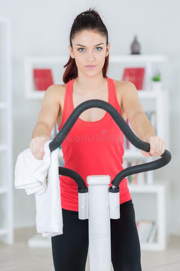 Sur la machine d'exercice photos stock