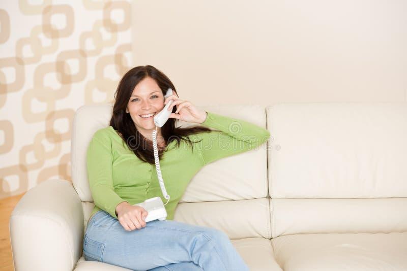 Sur la maison de téléphone : Femme appelle de sourire images libres de droits