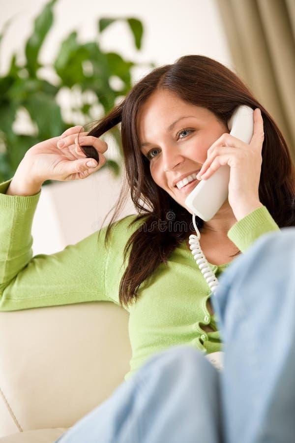 Sur la maison de téléphone : Femme appelle heureux image libre de droits