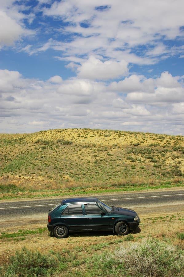 Sur la route avec des nuages image libre de droits
