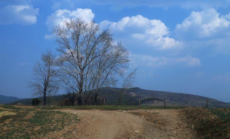 Sur la route avec des nuages photographie stock