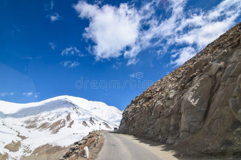Sur la route dans le paysage de Leh Ladakh Passage de La de Khardung Route sur le sno photographie stock libre de droits