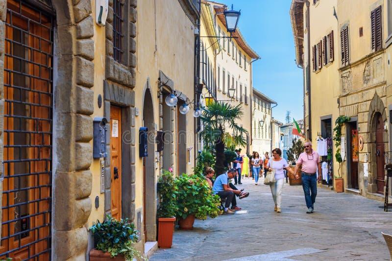 Sur la rue dans le vieux village médiéval Castellina dans le chianti tuscany l'Italie image stock