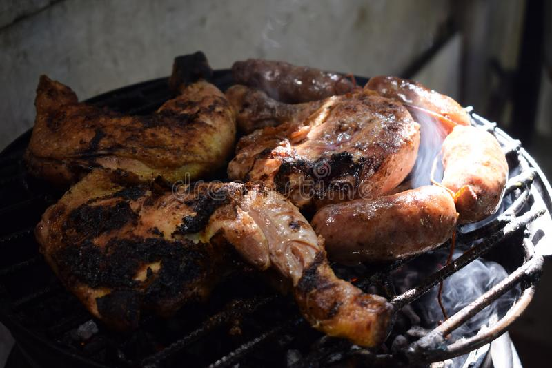 Sur la rue ils font cuire la viande, le chorizo et le poulet grillés photos libres de droits