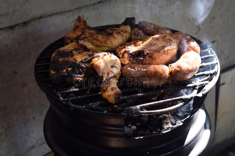 Sur la rue ils font cuire la viande, le chorizo et le poulet grillés photos stock