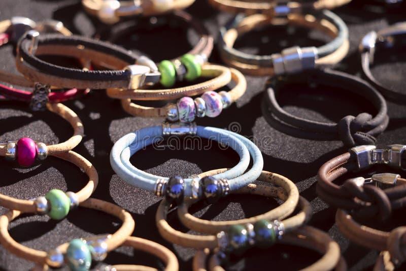 Sur la surface de la table sont beaucoup de bracelets ronds femelles de diff?rentes couleurs, faits main photographie stock libre de droits
