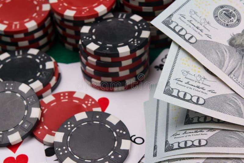 Sur la table un ensemble de puces pour jouer dans un casino et d'argent pour l'échange, dollars US, plan rapproché, fond photos stock