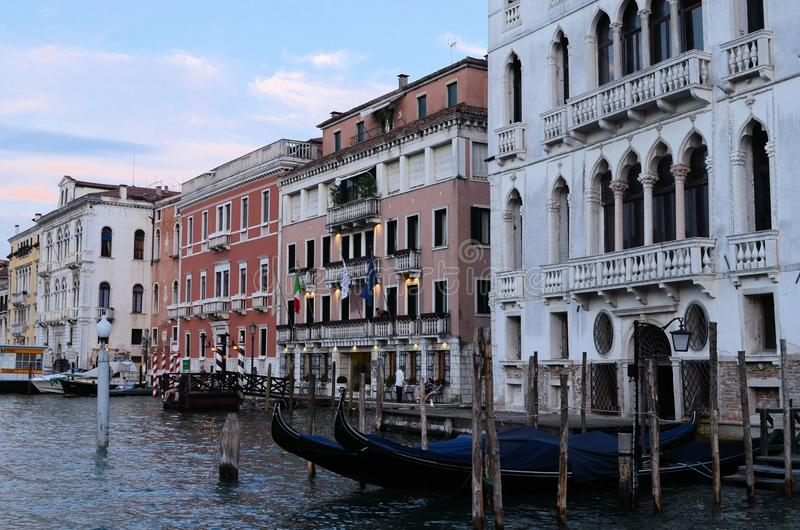 Sur la vue de l'eau sur un bateau dans un des canaux dedans à Venise Venezia Italie juste avant le coucher du soleil image libre de droits