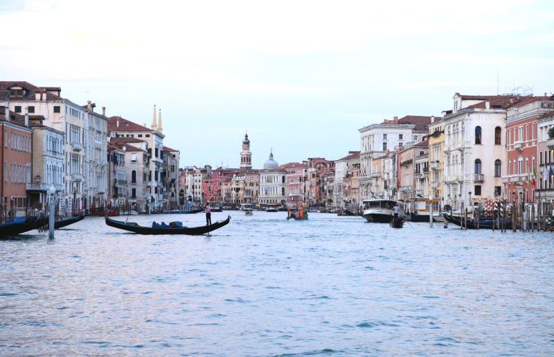 Sur la vue de l'eau sur un bateau dans un des canaux dedans à Venise Venezia Italie juste avant le coucher du soleil photos stock