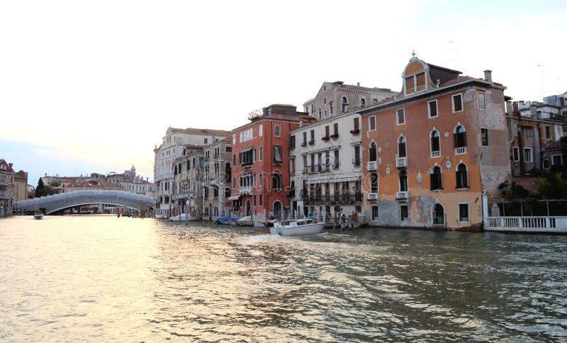 Sur la vue de l'eau sur un bateau dans un des canaux dedans à Venise Venezia Italie juste avant le coucher du soleil photo libre de droits