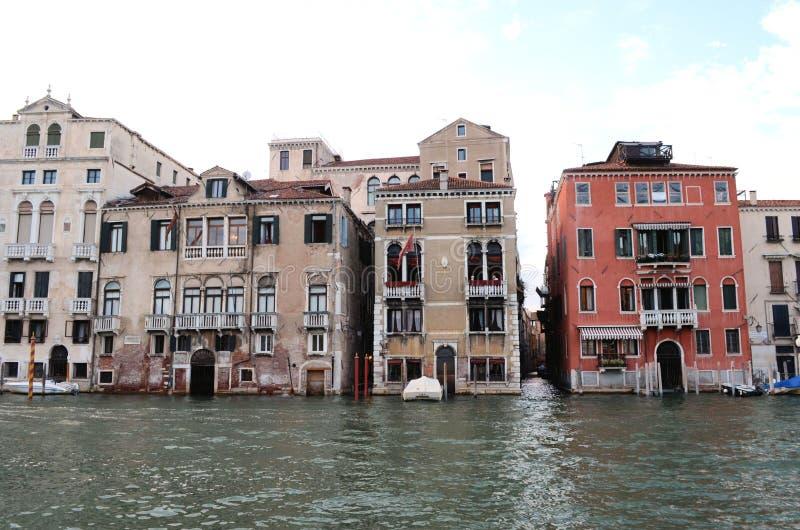 Sur la vue de l'eau sur un bateau dans un des canaux dedans à Venise Venezia Italie juste avant le coucher du soleil photos libres de droits