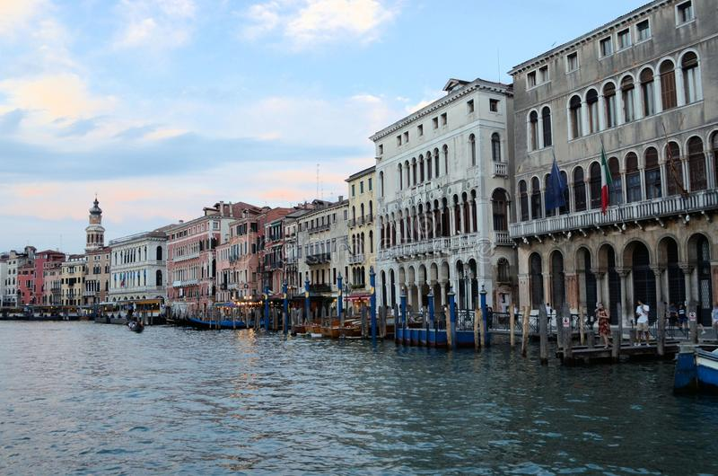 Sur la vue de l'eau sur un bateau dans un des canaux dedans à Venise Venezia Italie juste avant le coucher du soleil photographie stock libre de droits