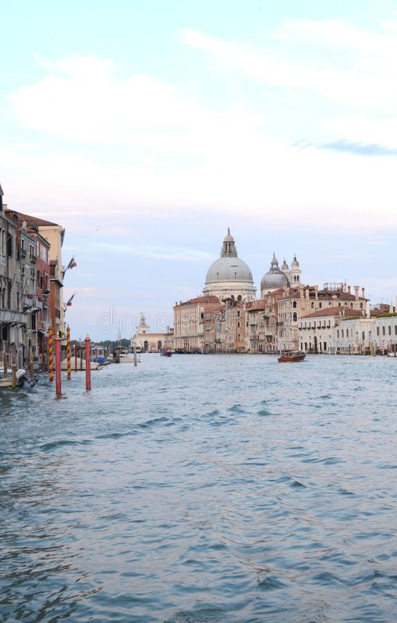 Sur la vue de l'eau sur un bateau dans un des canaux dedans à Venise Venezia Italie juste avant le coucher du soleil photographie stock