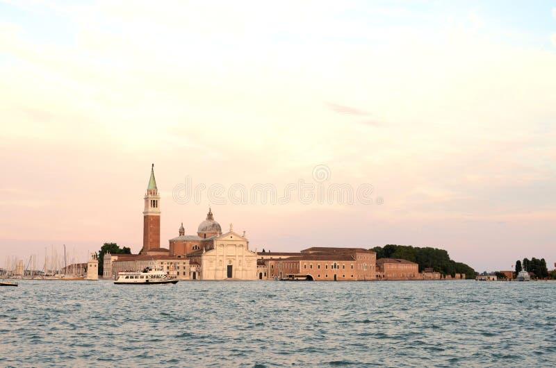 Sur la vue de l'eau sur un bateau en dehors de Venise Venezia Italie juste avant le coucher du soleil images libres de droits