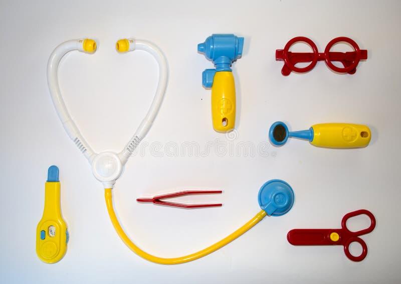 Sur le blanc un fond a coloré des jouets pour le jeu du docteur photographie stock libre de droits
