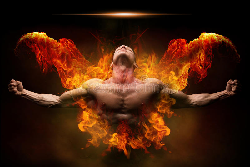 Sur le bodybuilder du feu photos libres de droits