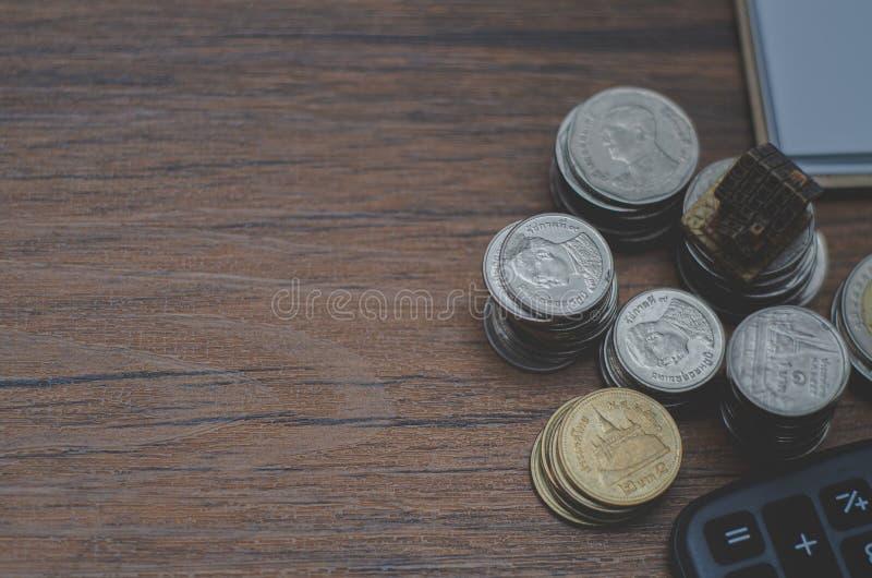 Sur le bureau, il y a une pièce en argent placée là-dessus image stock