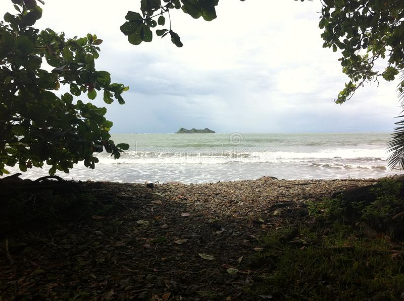 sur le chemin à la plage et à découvrir l'île photo stock
