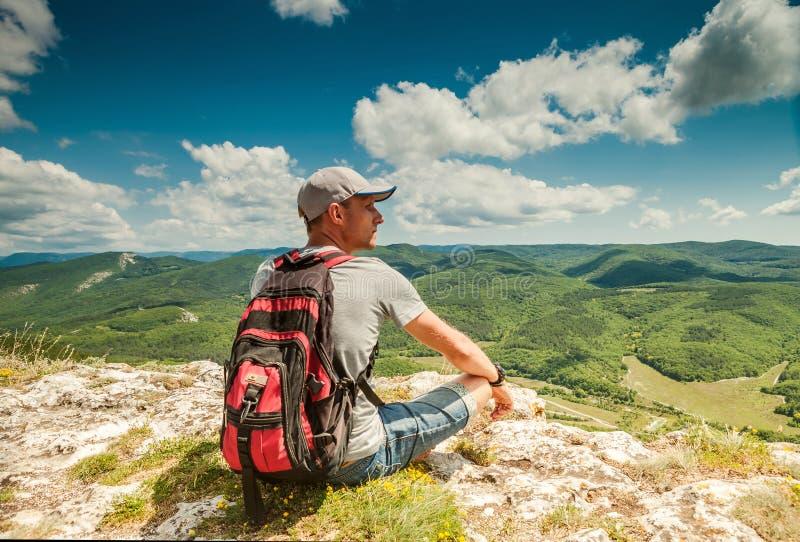 Sur le dessus de la montagne. Homme avec le sac à dos apprécié avec la montagne images libres de droits