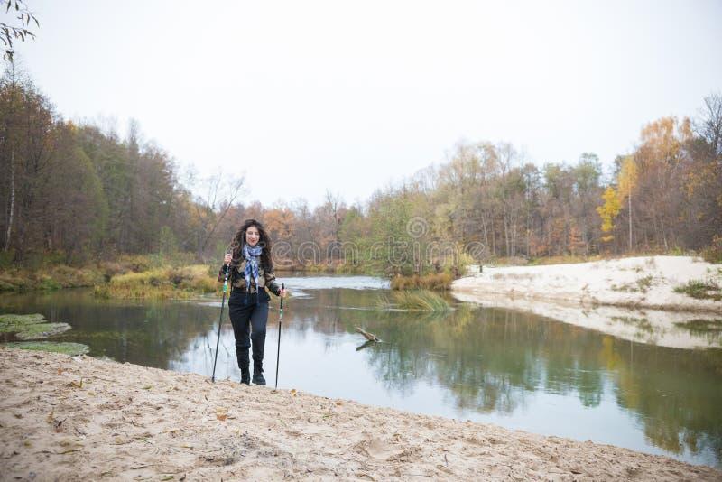 Sur le lac de banques Fille bouclée posant devant le lac dans la forêt photo stock