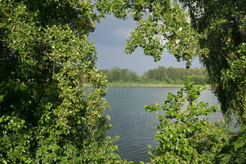 Sur le lac en été image stock