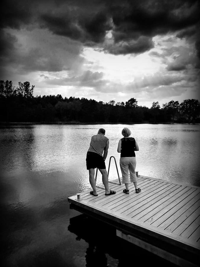 Sur le lac Regard artistique en noir et blanc image stock