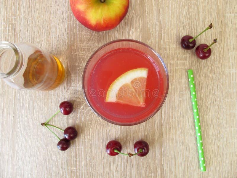 Sur lemonad med vinäger för sura körsbär, citron- och äpple arkivfoton