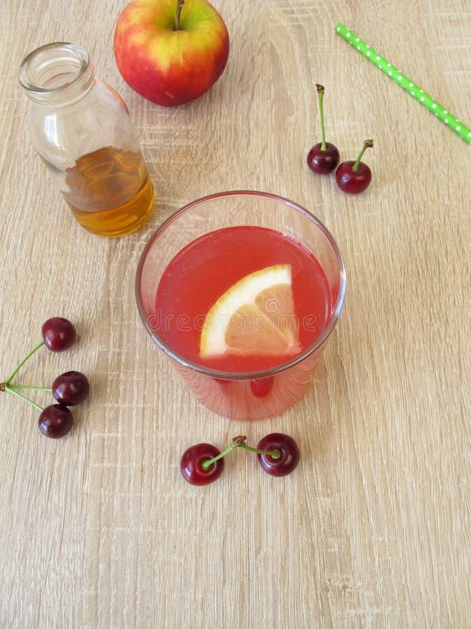 Sur lemonad med vinäger för sura körsbär, citron- och äpple royaltyfria foton