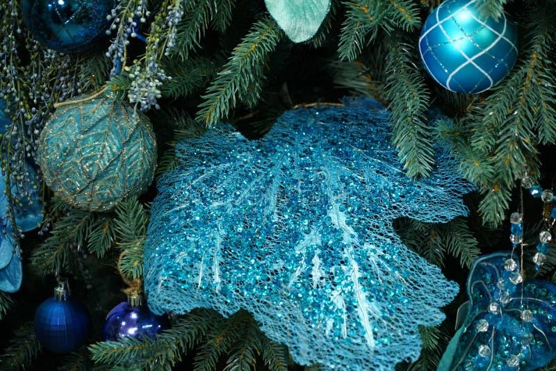 Sur les branches de l'arbre se trouvent une variété de jouets du Nouvel An image stock