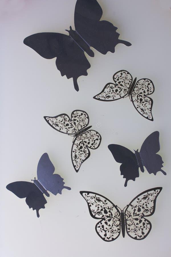 Sur les décorations extérieures blanches de mensonge faites de papillons couper à partir de l'aluminium photos libres de droits
