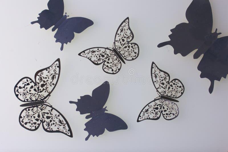 Sur les décorations extérieures blanches de mensonge faites de papillons couper à partir de l'aluminium photo libre de droits