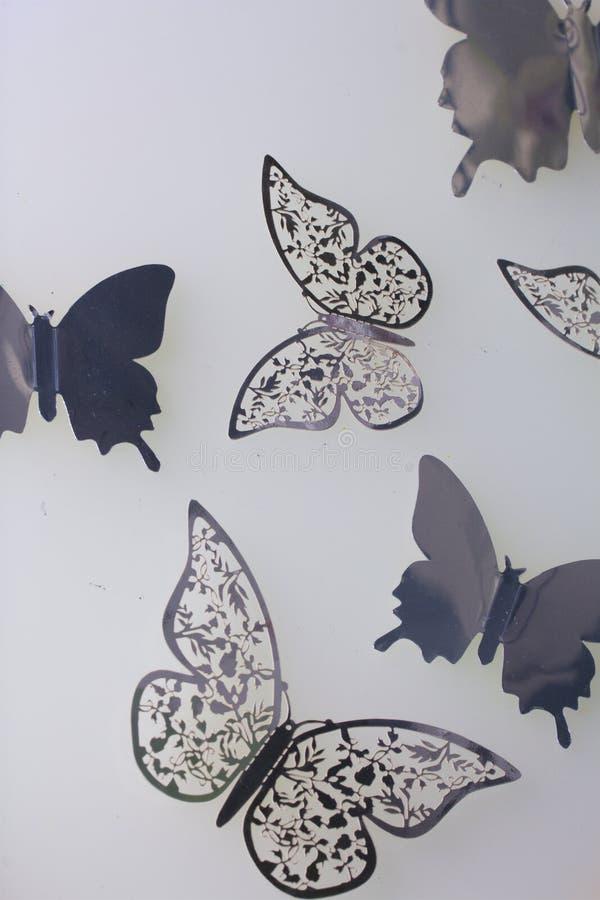 Sur les décorations extérieures blanches de mensonge faites de papillons couper à partir de l'aluminium photo stock