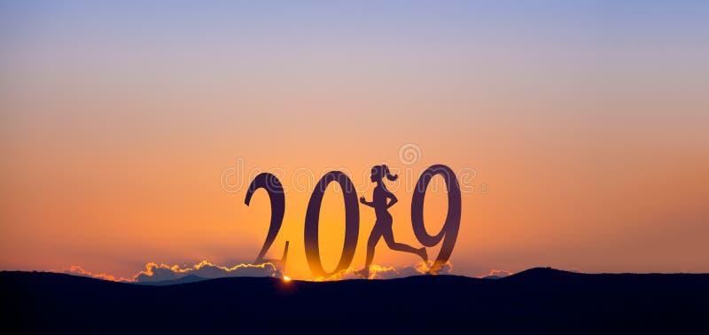 2019 sur les montagnes foncées avec la silhouette d'un fonctionnement et d'un lever de soleil de femme comme fond photographie stock libre de droits