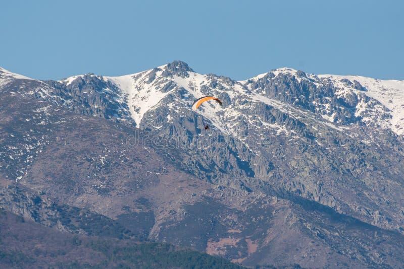 Sur les montagnes images stock