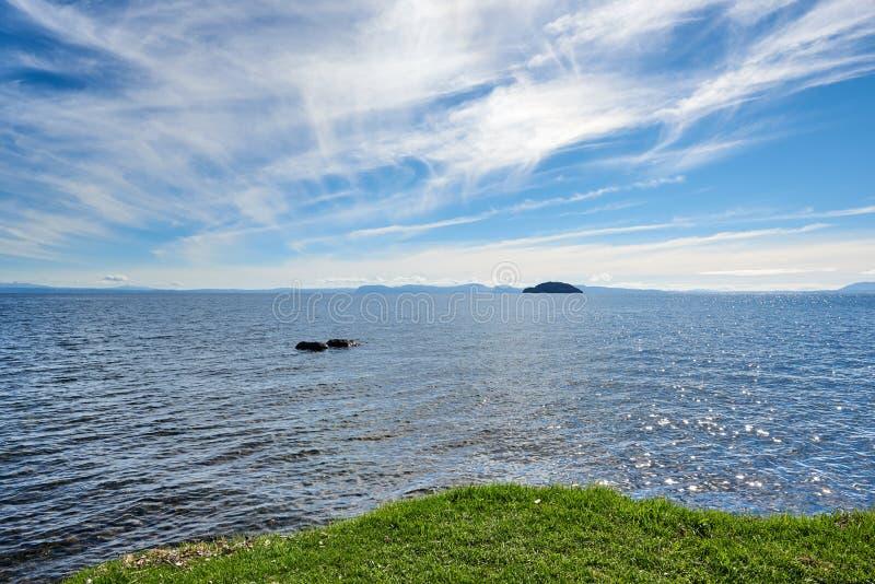 Sur les rivages du lac Taupo dans nouveau Zeland photo libre de droits