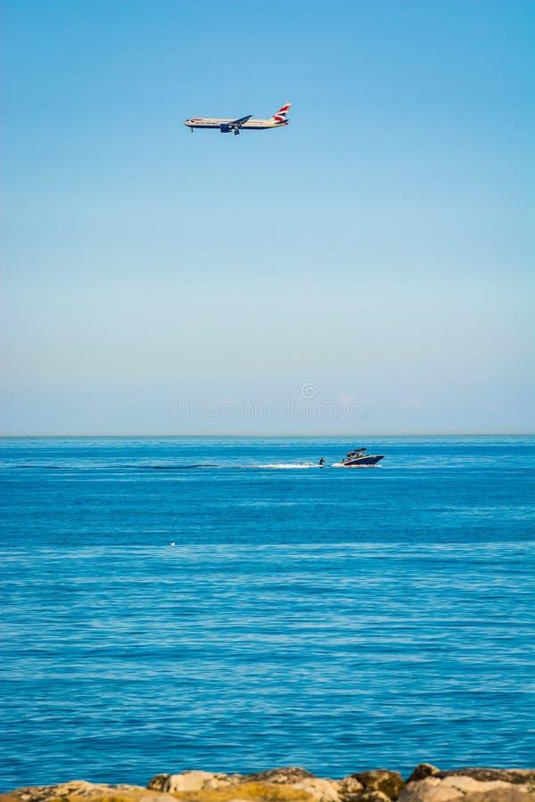 Sur Mer de Cagnes, França - 20 de junho de 2018 Aterrissagem de avião acima do mar foto de stock