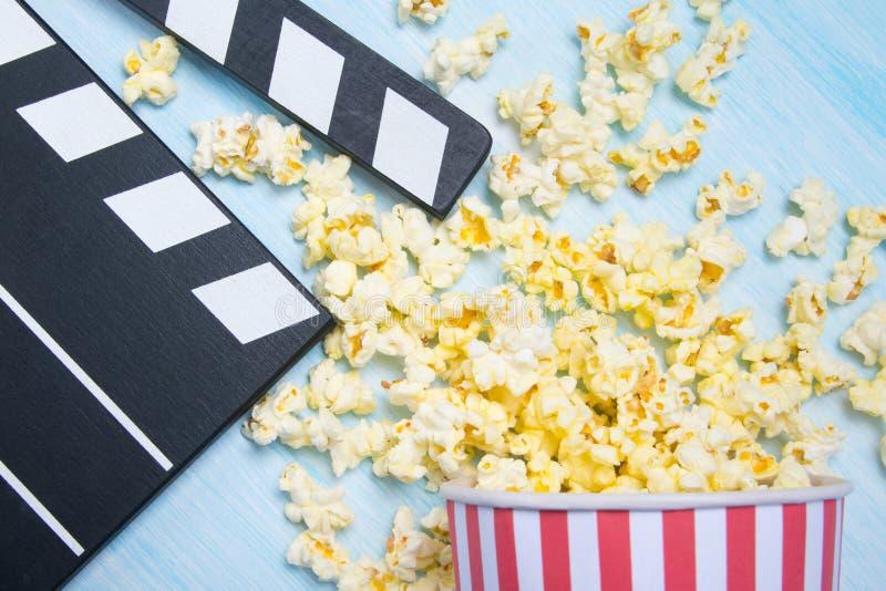 Sur un fond clair, un seau de maïs éclaté dispersé et un double pour le film image libre de droits