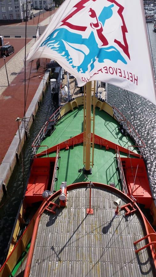 Sur un vieux bateau images stock