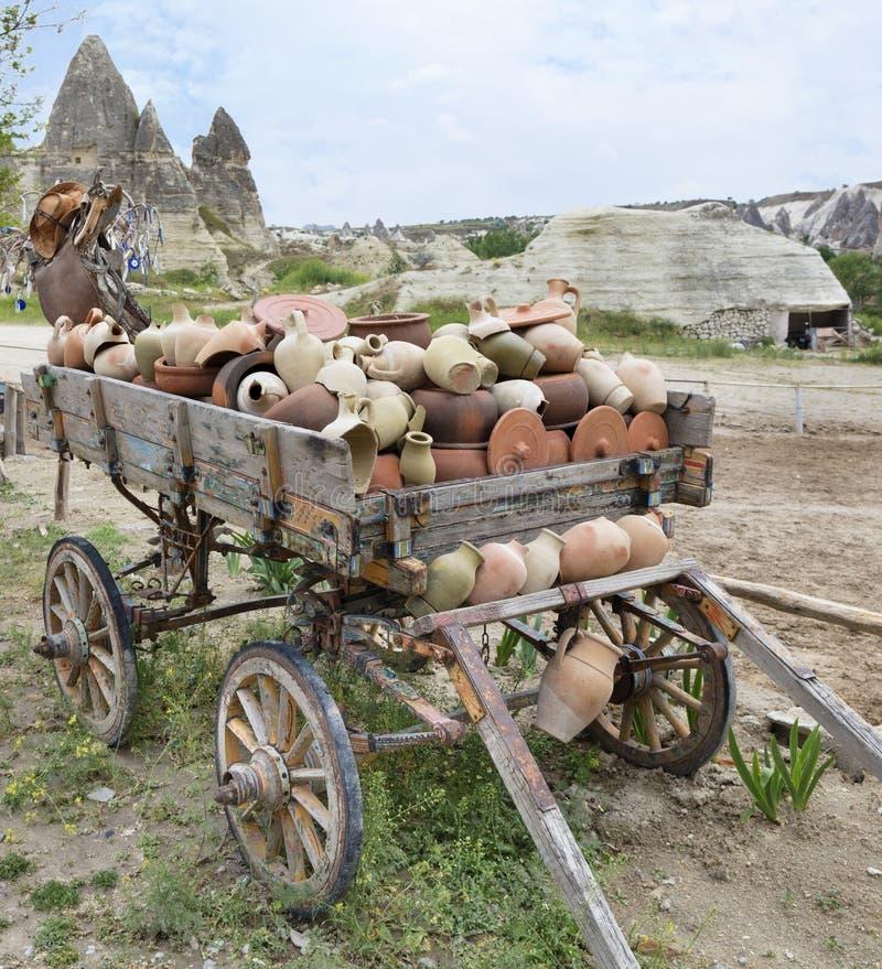Sur un vieux chariot en bois, une pile des cruches d'argile et des pots photos libres de droits