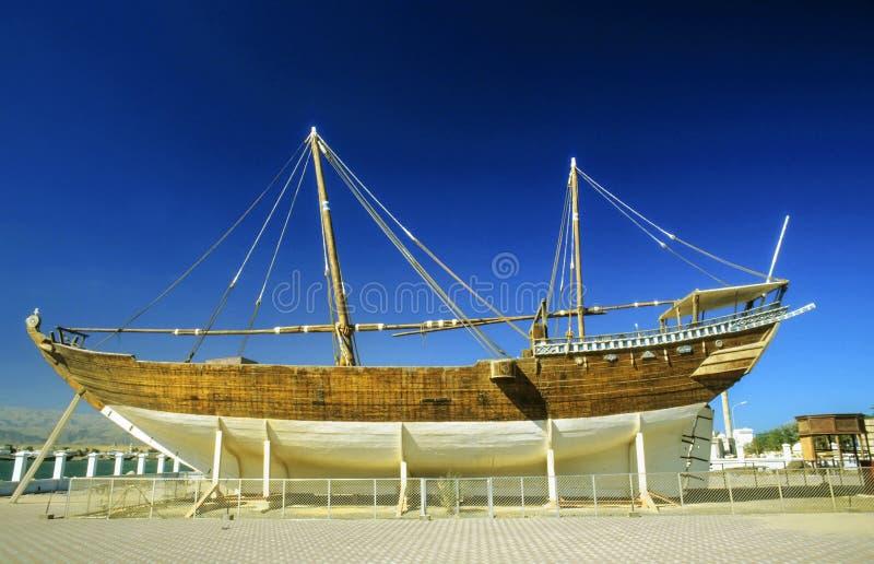 Tradycyjny dhau w budowie w wharft w Oman obrazy stock