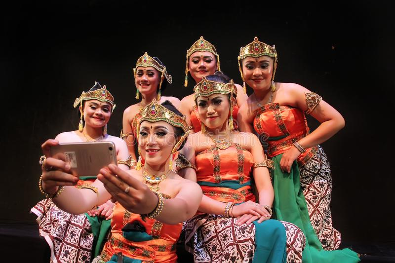 Surabaya Ινδονησία 27 Νοεμβρίου 2017 Μια ομάδα παραδοσιακών χορευτών έχει selfies χρησιμοποιώντας τις κάμερες κινητών τηλεφώνων στοκ εικόνες