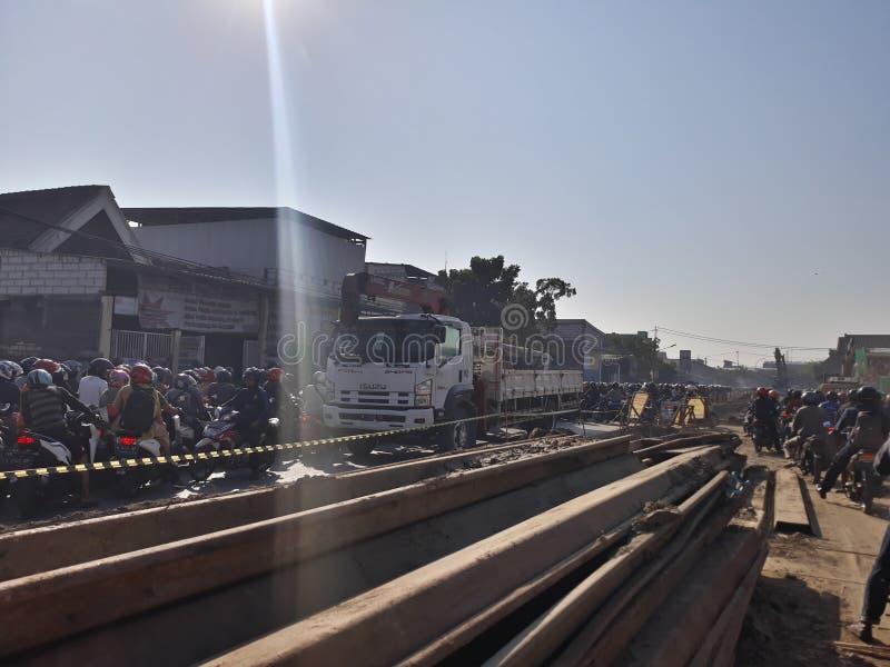 Surabaya East Java/Indonesien - Augusti 1, 2019: en fullsatt gata i moorningen, när folket går att arbeta därför att vägtankeskap royaltyfri bild