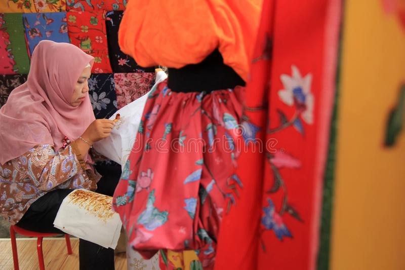 Surabaya Indonésia 20 de agosto de 2015 Uma mulher faz um motivo do batik usando a chanfradura imagens de stock royalty free