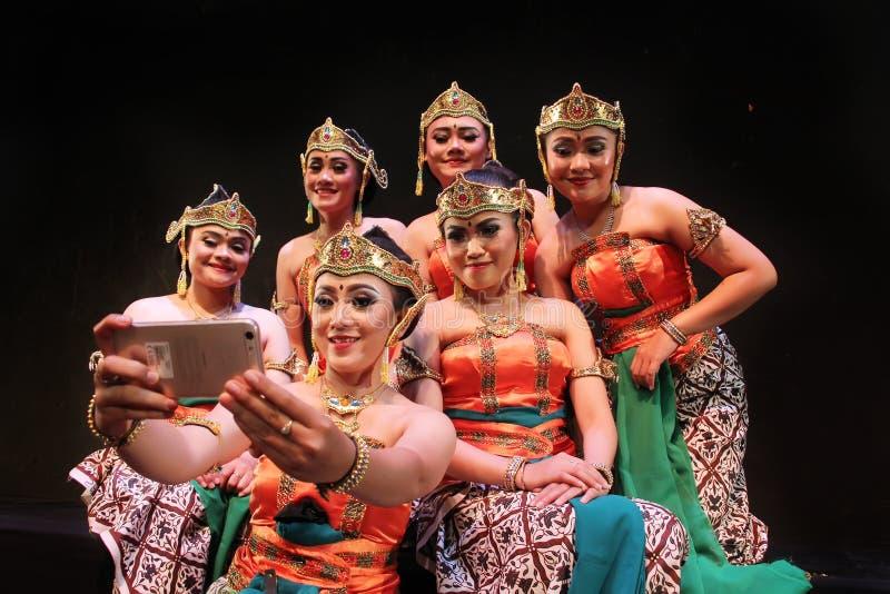 Surabaya Indonesië 27 november, 2017 Een groep traditionele dansers heeft selfies gebruikend cellphonecamera's stock foto