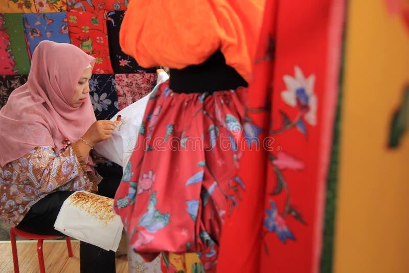 Surabaya Indonesia 20 de agosto de 2015 Una mujer hace un adorno del batik usando el biselaje imágenes de archivo libres de regalías