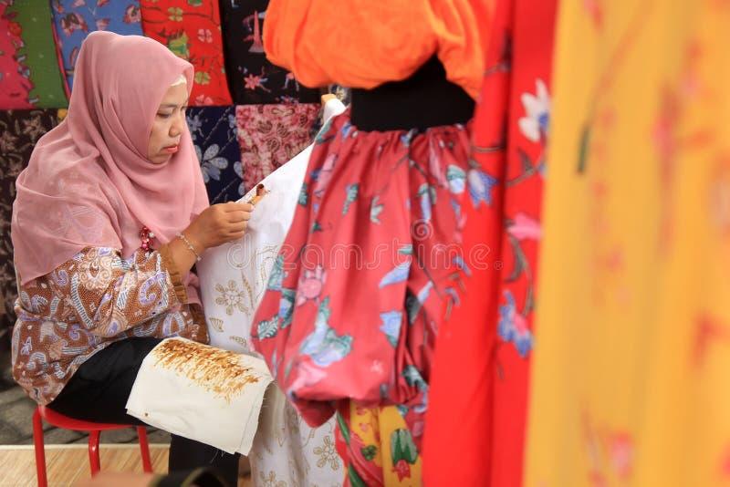 Surabaya Indonesia 20 de agosto de 2015 Una mujer hace un adorno del batik usando el biselaje fotografía de archivo libre de regalías