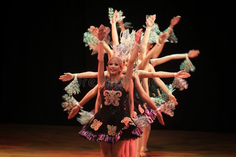 Surabaya Indonesia 29 de julio de 2016 Funcionamiento de la danza del ballet en colaboración con danza tradicional de la tribu de foto de archivo