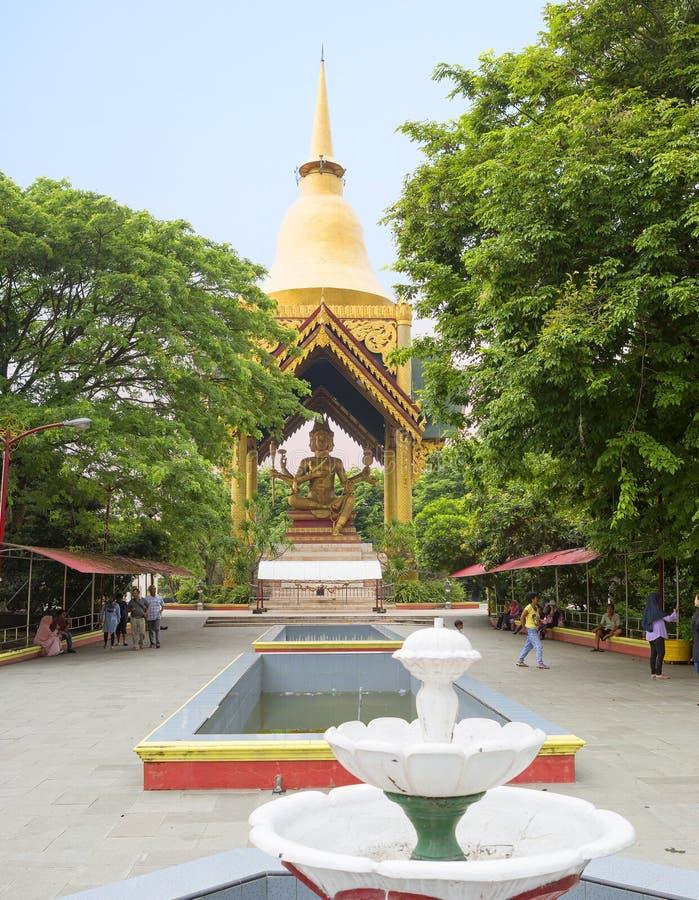 Surabaya, Indonesia, templo de Sanggar Agung Chinese Cuatro hicieron frente a la estatua de Buda imagenes de archivo
