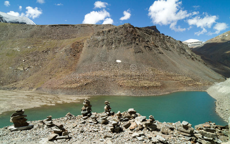 Suraj Taal-Gebirgssee mit den buddhistischen stupas stockbild
