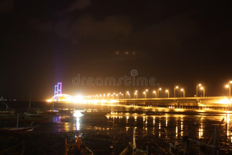 Suramadu-Brücke zur Nacht stockfotos